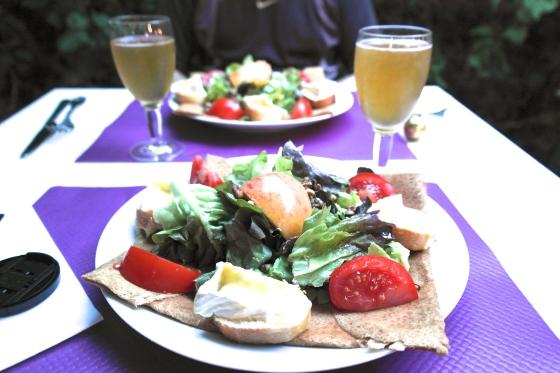 galette de sarrasin avec salade, pomme (du terroir), camembert du terror, cidre du terroir